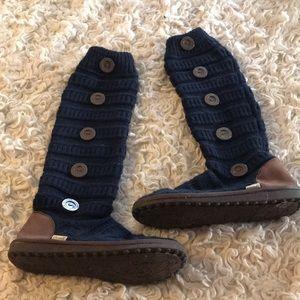 Mukluks cardigan boots 10 navy brown buttons